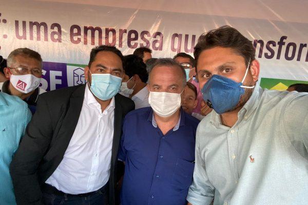 Juscelino Filho dialoga com ministro Rogério Marinho e prefeito Assis Ramos sobre situação de residencial em Imperatriz.